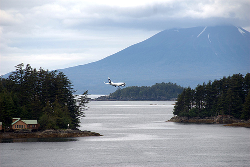 Runway? What runway? An Alaska Airlines 737-800 approaches the Rocky Gutierrez Airport. (Flickr photo/Jonathan Caves)
